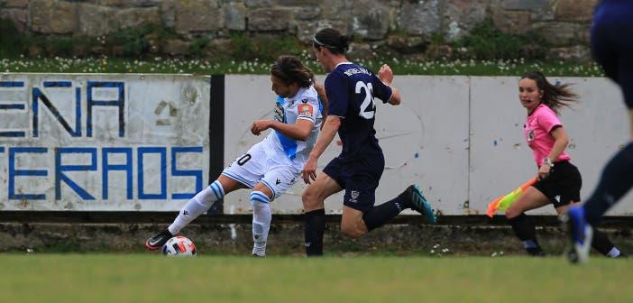 Keko regateando en el Marino de Luanco vs Deportivo